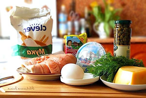 Пиріжки з лососем: Нам знадобиться: Лосось, каперси, борошно, твердий сир, масло вершкове, сметана, яйце, кріп, сіль, перець