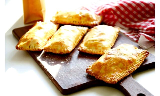 П'ять рецептів для шкільних обідів: Кишенькові пиріжки з індейкойСейчас я розповім вам, як приготувати зручні кишенькові пиріжки з пісочного тіста з