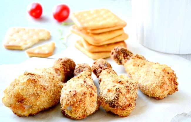 П'ять рецептів для шкільних обідів: Курячі ніжки в паніровці з крекеровУнікальная панірування з крекерів та сиру надає курячим ніжкам надзвичайно смачну,