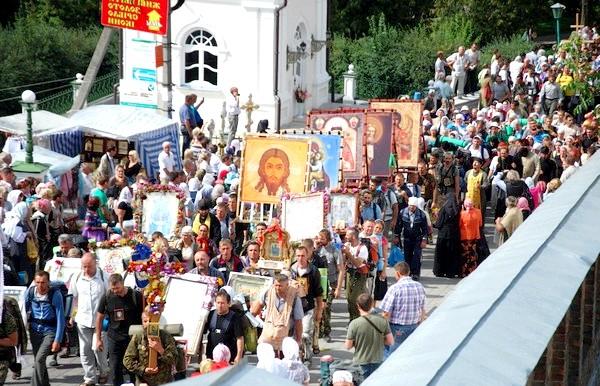 П'ять найпопулярніших паломницьких маршрутів: Почаївський хресний хід. УкраінаА на території СНД наймасовішим християнським релігійним паломництвом є, напевно, Почаївський хресний