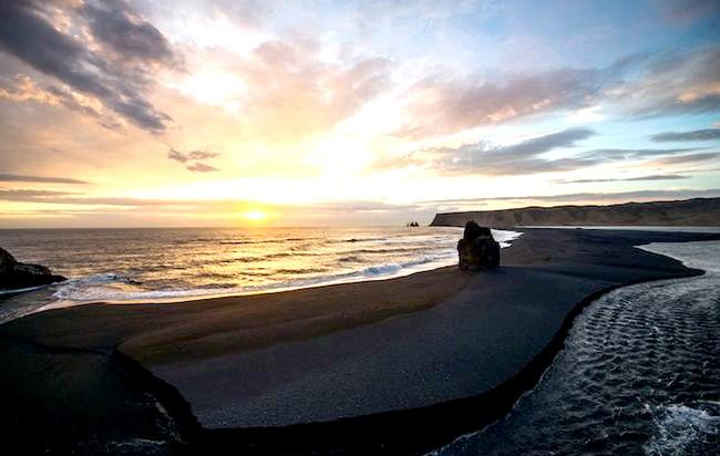 Пляж Вік - найзагадковіше місце в Ісландії: Фотограф розповідає, що на зйомку відправився в 5 ранку, так як ночував у Рейк'явіку, до Віка довелося добиратися 2,5 години.
