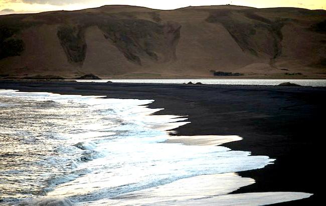 Пляж Вік - найзагадковіше місце в Ісландії: У ісландському фольклорі побутує легенда, що величезні валуни, які можна побачити на пляжі, - це колись застиглі тролі, які намагалися