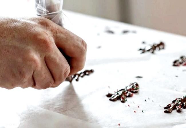 Подарунковий чізкейк до Нового Року та Різдва: 9. Випікаємо десерти приблизно 20-25 хвилин. 10. За допомогою рушники дістаємо баночки і охолоджуємо. 11. Тепер приступаємо до