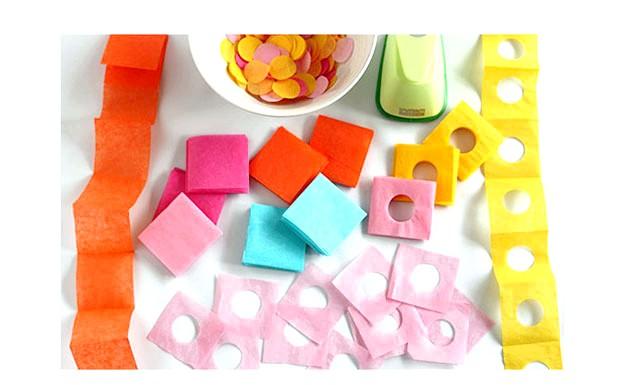 Вироби до Великодня своїми руками: Кольоровий папір розріжте на смуги і складіть гармошкою в кілька разів, проколіть діркопробивачем і розріжте на квадратики.