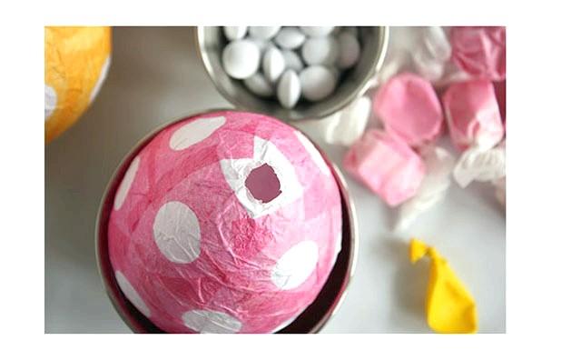 Вироби до Великодня своїми руками: Після того, як всі верстви повністю висохнуть (краще почекати близько доби), виймаємо кульку і заповнюємо яйце СЮРПРИЗОМ!