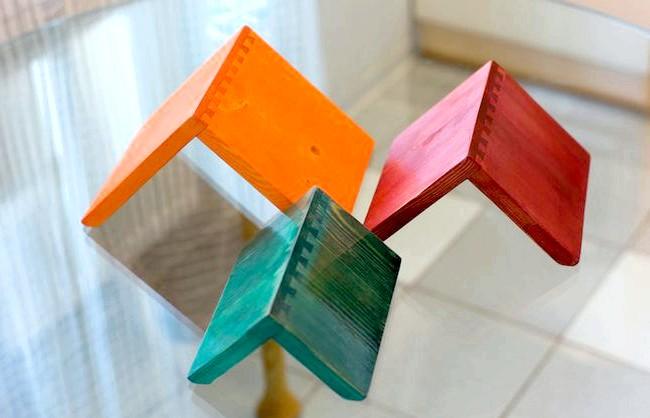Корисні штуки: Наприклад, зграйка таких дерев'яних Трикутник, гладко відполірованих і пофарбованих.
