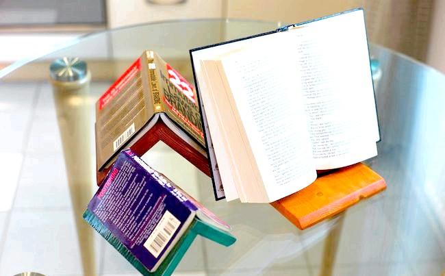 Корисні штуки: А ось таку підставку можна використовувати на кухні, закривши сторінки кулінарної книги прозорим пластиком, що захищає її від бризок і крапель.