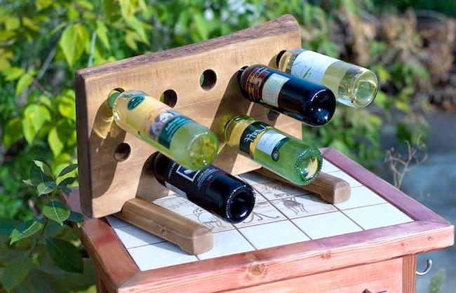 Корисні штуки: А можна подивитися на таку підставку для пляшок - оригінальна і стійка конструкція. Дірки в ній різних розмірів, які підходять