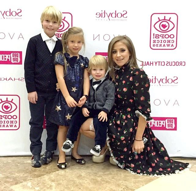 Поліна Буторіна стала лауреатом «OOPS! Choice Awards-2014 »: [i] [center] Юлія Барановська з дітьми [/ center] [/ i]