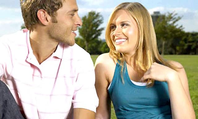 Правила гарячого флірту: ЖЕСТИДотроньтесь до своїх губ. Потирання пальцем середній частині верхньої губи свідчить про бажання поцілувати або обняти
