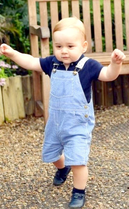 Принц Джордж Різдвяні фотографії: Ця фотографія випущена з нагоди першого дня народження принца Джорджа. Ну що сказати - малюк подрос.Пара