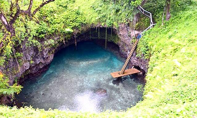 Природний басейн острова Уполу: Водойма виник в кратері згаслого вулкана, оточеного з усіх боків лісом. Місцеві жителі пристосували озеро під природний басейн, обладнавши його