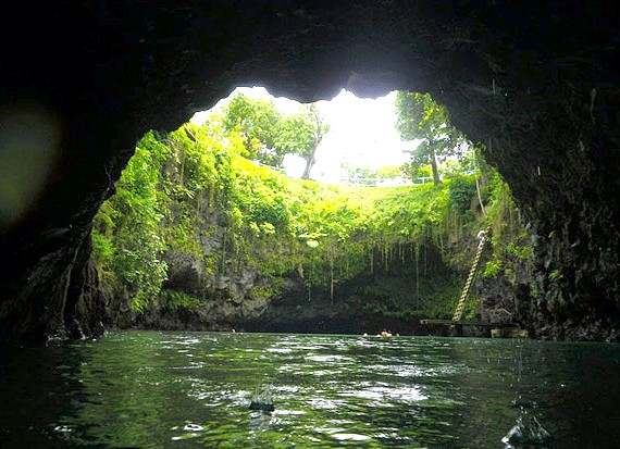 Природний басейн острова Уполу: Глибина води тут теж пристойна, цілком собі можна стрибнути прямо зі сходів без остраху знайти дно. Називається це чудове містечко