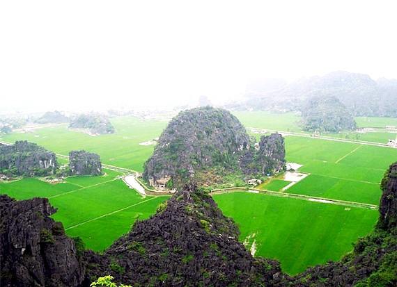 Прогулянка по Там Кок: Справжньою родзинкою подорожі стане відвідування карстових печер. Потік води вимив ці наскрізні печери в скелях, утворивши природні гроти. Hang Ca
