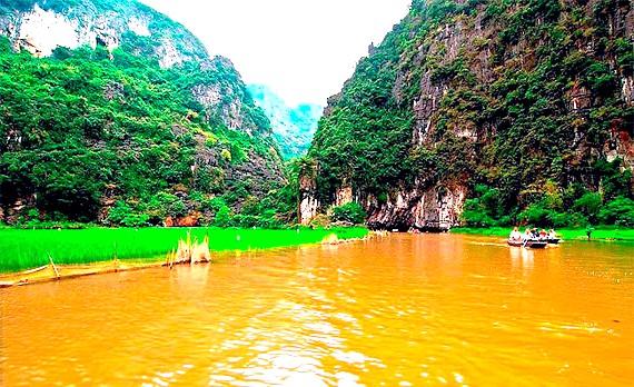 Прогулянка по Там Кок: Другий грот, Hang Giua, приблизно в два рази коротше, довжина Hang Cuoi і того менше - 46 м.