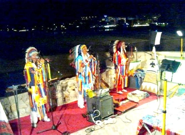 Нехай тобі насниться Пальма де Майорка: Вечорами гуляли по набережній. Слухали пісні перуанських індіанців, дивилися різні уявлення, милувалися живими скульптурами і творчістю всіляких художників.