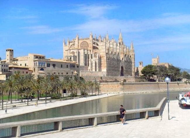 Нехай тобі насниться Пальма де Майорка: Звідси легко можна відвідати основні визначні пам'ятки острова. Сідаєш в автобус і об'їжджаєш навколишні курорти, в тому числі і саму столицю;