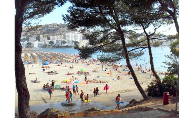Нехай тобі насниться Пальма де Майорка: А в сонячні днинки пляж заповнюють численні любителі позасмагати і поплавати. Треба сказати, місця завжди вистачало. А можна було обігнути