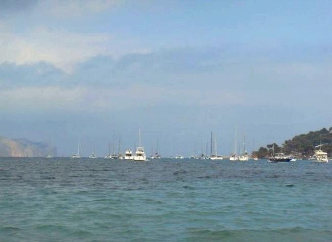 Нехай тобі насниться Пальма де Майорка: Деякі воліли засмагати і купатися на яхтах, прямо за лінією пляжу. Там вдалині, серед яхт, ліворуч видніється той самий