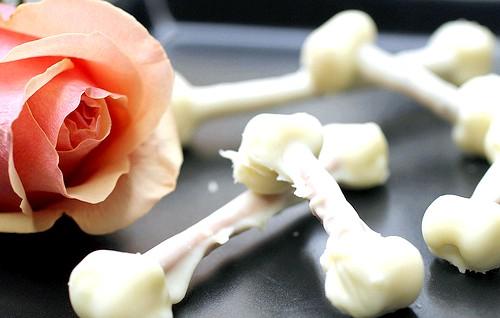 Рецепти на Хелловін: Ну і ось такі моторошні на вигляд кісточки на десерт. Інгредієнти: соломка