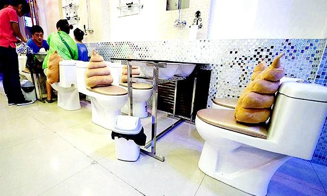 Ресторан у стилі вбиральні: Відвідувачі тут сидять на керамічних унітазах і їдять з посуду у формі тих же унітазів. В
