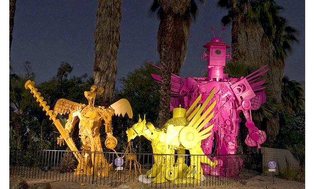 Різдвяні вулиці США: Robolights, Палм-Спрінгс, КаліфорніяЕто місце входить в категорію дивного, але чудового. Скульптр Кенні Ірвін щороку встановлює