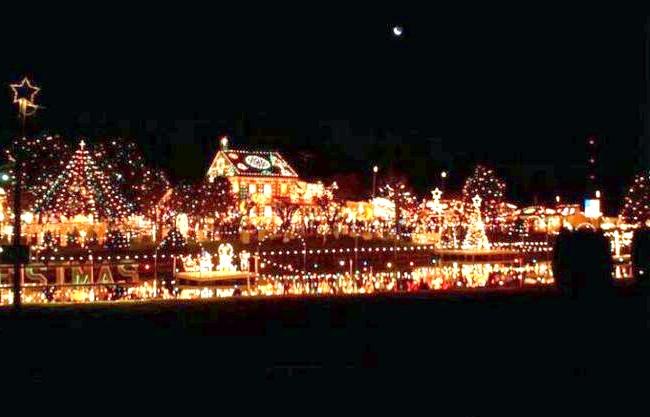 Різдвяні вулиці США: Різдвяна село Козіера, Bernville, ПенсільваніяВ сільській Пенсільванії ця традиція виросла з одного будинку, однієї людини в