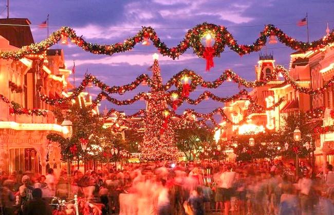 Різдвяні вулиці США: Діснейуорлд, Орландо, ФлорідаХозяін цього місця Міккі не економить на святковому художньому оздобленні на честь Нового року.