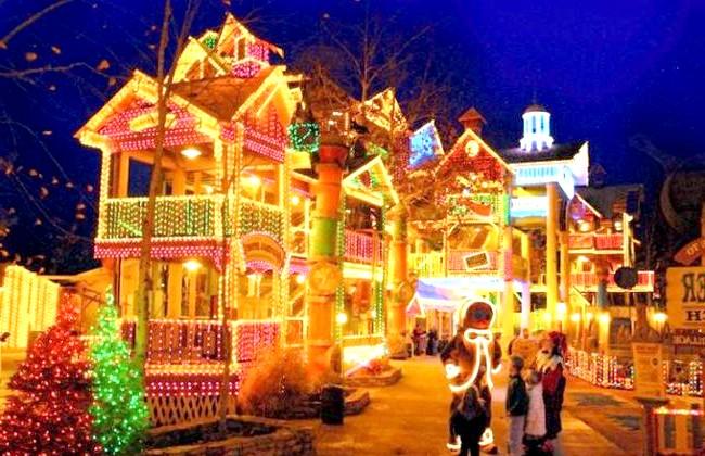 Різдвяні вулиці США: Парк розваг Silver Dollar City, Бренсон, МіссуріГлавное місце святкування на Середньому Заході - цей тематичний парк,
