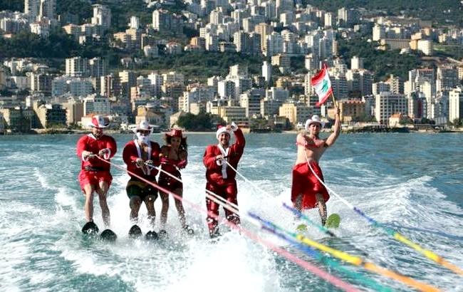 Різдво і Новий рік у різних країнах світу: Ліван. Підготовка до святкових урочистостей в Бейруті. Команда спортсменів у новорічних костюмах з національним прапором.
