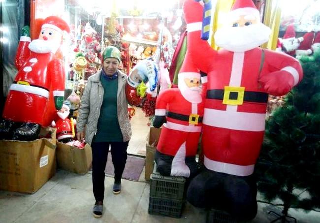 Різдво і Новий рік у різних країнах світу: Ірак. Покупниця виходить з магазину новорічних подарунків в центрі Багдада.