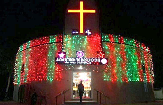 Різдво і Новий рік у різних країнах світу: Індія. Невелику місцеву церкву прикрасили гірляндами напередодні святого свята.
