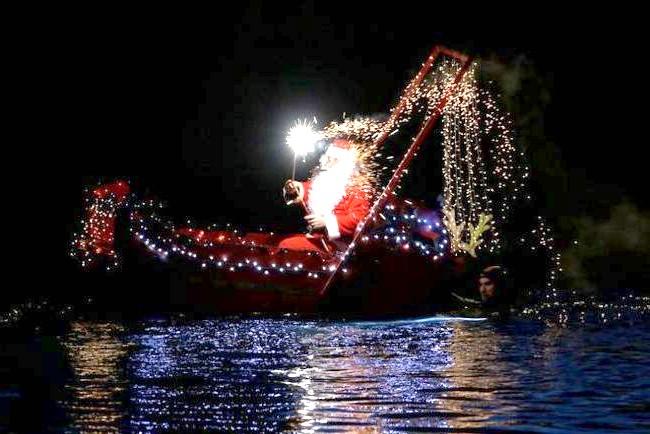Різдво і Новий рік у різних країнах світу: Італія. Санта Клаус пливе до дітей на човні по місту Імперія.