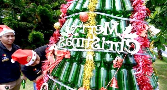 Різдво і Новий рік у різних країнах світу: Балі. Ялинка із сотень пляшок в туристичного містечка Кута.