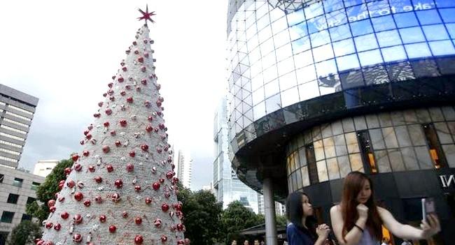 Різдво і Новий рік у різних країнах світу: Сінгапур. Різдвяна ялинка в центрі міста.