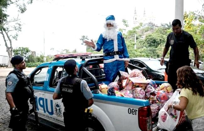 Різдво і Новий рік у різних країнах світу: Бразилія. Санта Клаус готує подарунки для дітей з Віла Крузейро, колись окупованих поліцією Ріо-де-Жанейро.