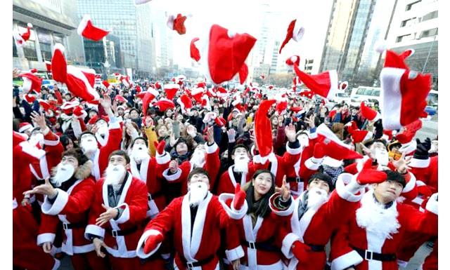 Різдво і Новий рік у різних країнах світу: Південна Корея. Волонтери у вигляді Санта Клаусів демонструють готовність доставити подарунки всім бідним дітям Сеула.
