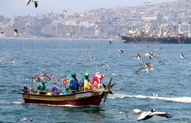 Різдво і Новий рік у різних країнах світу: Чилі. Санта Клаус роз'їжджає по різних точках різдвяних торжеств, деякі з них розташовані на видаленні в понад 100 км.