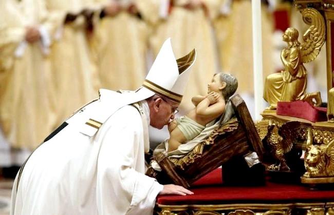 Різдво і Новий рік у різних країнах світу: Ватикан. Папа Франциск цілує немовля Ісуса у Різдвяну ніч.