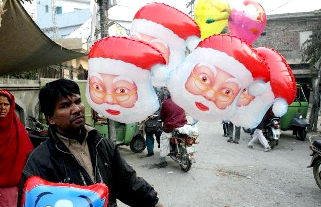 Різдво і Новий рік у різних країнах світу: Пакистан. Продавець новорічних сувенірів в пошуку покупців.