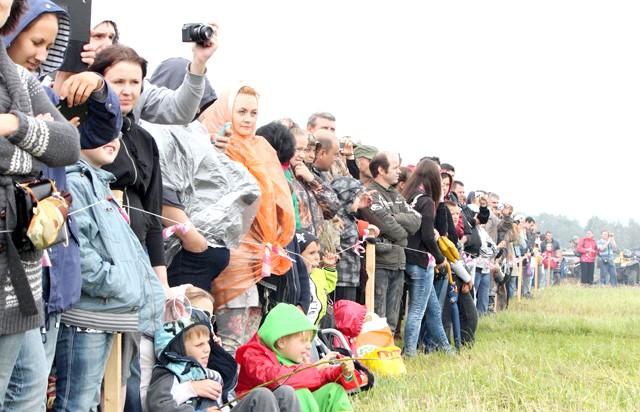 Росіяни перемогли в Молодінская Битві: У лавах глядачів багато дітей і фотоапаратів.