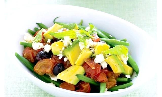 Салат з авокадо, фети і запечених помідорів: