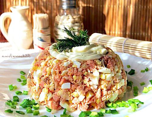 Салат з горбуші гарячого копчення: Інгредієнти: - горбуша гарячого копчення - яйця - цибуля