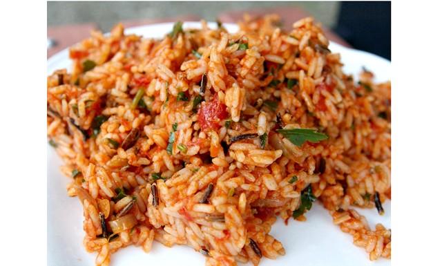 Салат з рису з смаженою цибулею і помідорами