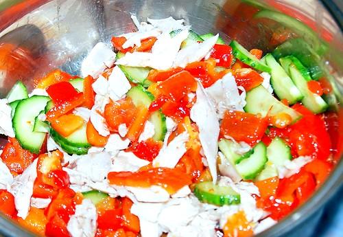Салат курочка з маслинкой: Перець запікають у духовці з оливковою олією, потім його треба очистити від насіння і шкірки. Варена курка, авокадо, маслини,