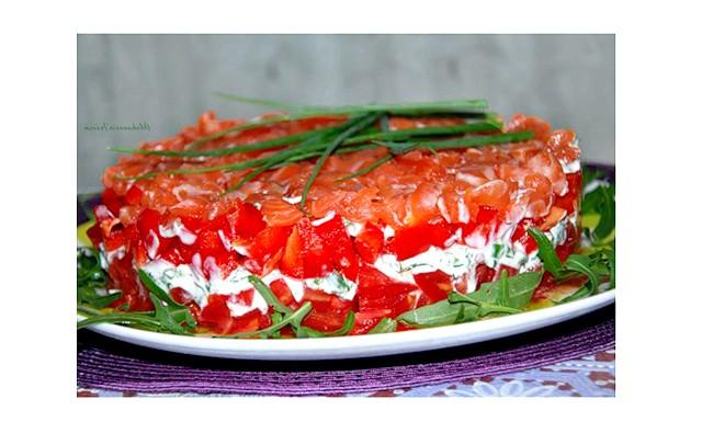 Салат з лососем: Лосось слабосоленої, помідори і червоний солодкий перець - нарізати кубиками. Помідори трохи присолити відкласти в окремий посуд, почекати коли