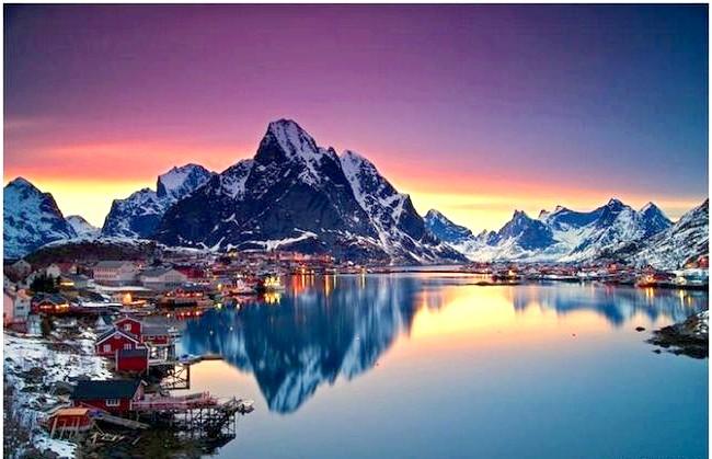 Найкрасивіша село Норвегії: Особливо приголомшливо рибальське поселення виглядає після хуртовин взимку, коли свіжий сніг покриває гори, або в блакитний годину - відразу перед