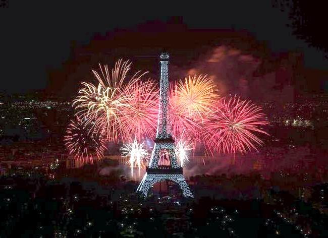 Самі фотогенічні місця у світі: ПаріжРазвернувшісь навколо звивистій Сени, Париж є домом для безлічі відомих пам'яток світу - Ейфелева вежа (на