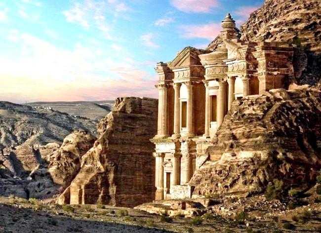 Самі фотогенічні місця у світі: Петра, Йорданія Легендарна Петра - стародавня столиця Набатейського царства, вирубана прямо в скелях понад 2000 років