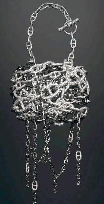 Самі ексклюзивні сумки в світі: Hermes. Ціна $ 2 мілліона.Всего три рази створював цю сумочку дизайнер П'єр Харді. Тут і численні застібки